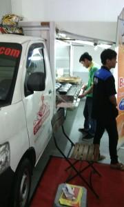 Salah satu truk pengangkut makanan, didesain khusus sebagai warung/kedai. Tampil dalam sebuah festival makanan di JEC (foto diunggah 30 Juli 2015).
